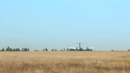 ranvej : v11. Commercial airplane landing at Sea-Tac international airport.
