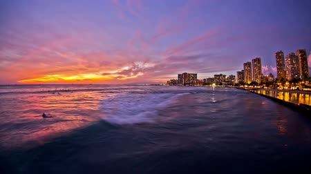 tyrkysový : v26. Beautiful beach time lapse clip of waves and Waikiki during sunset.