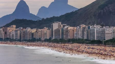 латинский : v68. Zooming time lapse of many people at Copacabana beach in Rio De Janeiro. Стоковые видеозаписи