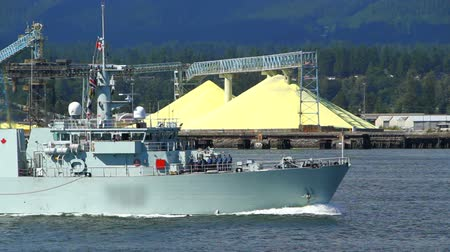 navio : v1. Canadian Navy ship passes by in Vancouver Harbour. Industry background.