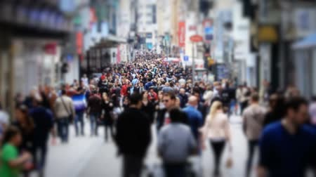 ruch : v57. Slow motion city pedestrian traffic shot on a busy Brussels shopping street using a tilt shift effect and added color correction. Wideo