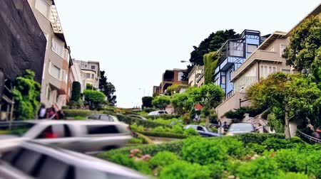 enrolamento : v15. Zooming city traffic time lapse of Lombard street in San Francisco.