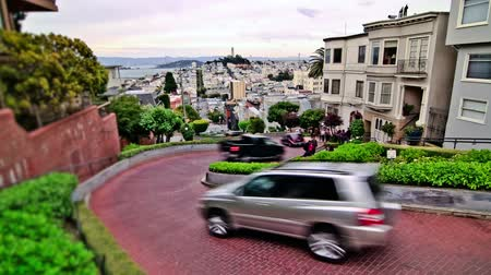 кирпич : v19. City traffic time lapse of the crooked street in San Francisco.