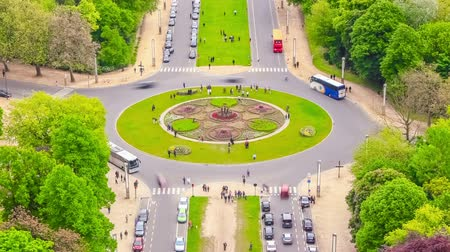 encruzilhada : v52. City traffic time lapse of roundabout intersection in Brussels.