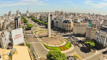encruzilhada : v78. Zooming city traffic time lapse of Buenos Aires cityscape and streets from above.