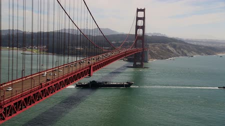 ingázó : v9. Video clip of Golden Gate Bridge with ship passing by.