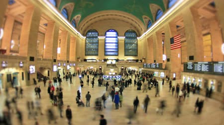 центральный : v2. Time lapse of Grand Central Station pedestrian traffic using a fisheye lens and a circle blur effect.
