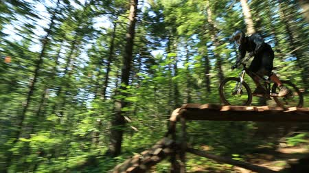 nastolatki : v55. A mountain biker going over jumps at a bike park near Hood River. Wideo