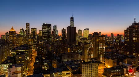 ночная жизнь : v13. NYC cityscape panning time lapse of downtown financial district at dusk. Стоковые видеозаписи