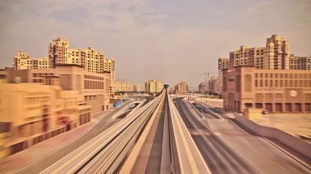 palmbomen : V22. Erg cool trein time lapse door de Palm Jumeirah in Media City in Dubai. Stockvideo