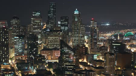 čas : v8. Time lapse of Seattle city center buildings at night.