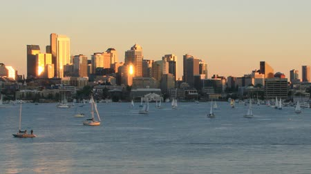 pacífico : v16. Zooming time lapse clip of sailboats sailing on Lake Union on a beautiful sunny day with Seattle cityscape in the background. Vídeos