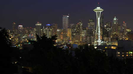ночная жизнь : v18. Seattle cityscape time lapse a couple hours after sunset. Стоковые видеозаписи
