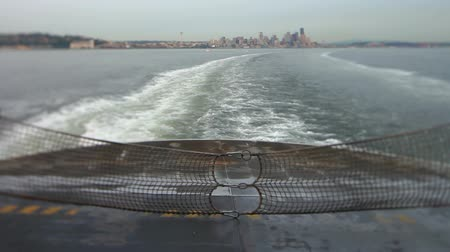 паром : v32. Ferry ride with rear view of boats waves and Seattle cityscape.