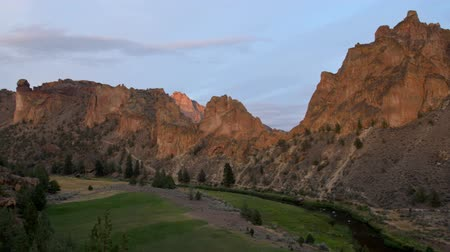 taş : v4. Time lapse of Smith Rocks during sunset. Very beautiful orange red on rocks.