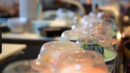 cozinha japonesa : v5. Sushi going past on conveyer belt. Stock Footage