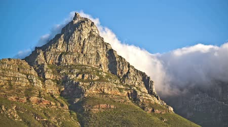 столовая гора : v1. Beautiful time lapse clip of cloud cover passing over Table Mountain in South Africa. Стоковые видеозаписи