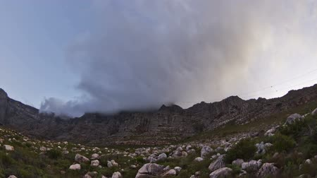 столовая гора : v5. Beautiful time lapse clip of cloud cover passing over Table Mountain in South Africa. Стоковые видеозаписи