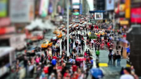 čas : v7. Zooming busy city traffic time lapse of Times Square using a circular blur effect.