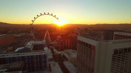 centrum : Las Vegas Aerial Cityscape Strip Sunrise v31 Low flying aerial over strip towards and past high roller ferris wheel. 21815 Dostupné videozáznamy