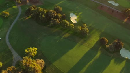 поле для гольфа : Los Angeles Aerial Golf Course v68 Turning vertical view aerial over golf course durning sunset. Стоковые видеозаписи