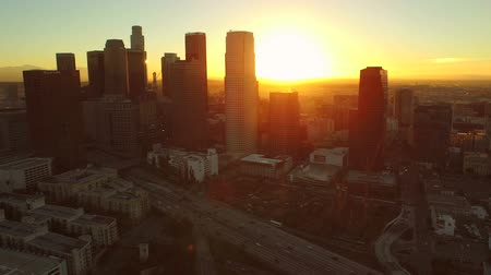 letecký pohled : Los Angeles Aerial Downtown Cityscape Sunrise v84 Low flying aerial close to downtown with cityscape view. 22515 Dostupné videozáznamy