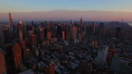 центральный : New York City Aerial v9 Panning right with view of Manhattan and New Jersey cityscapes at sunset. Стоковые видеозаписи