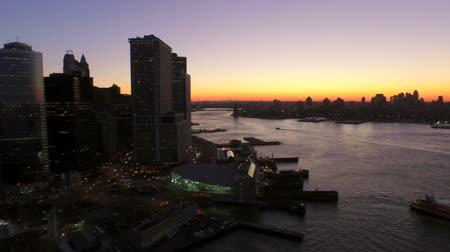 centrum : New York City Aerial v32 Low flying panning right with view of Manhattan Financial District cityscape and Governors Island at dawn. Dostupné videozáznamy