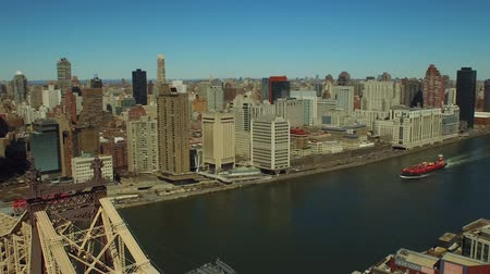 pomost : New York City Aerial v44 Low flying over Queensboro Bridge panning left with view of Midtown East Manhattan cityscape. Wideo