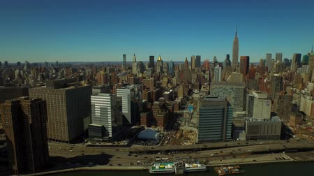 keleti : New York City Aerial v52 Flying over East River panning left with Manhattan cityscapes. Stock mozgókép