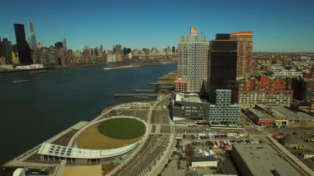 Острова : New York City Aerial v62 Low flying backwards over Hunters Point panning left with views of Long Island City and Manhattan cityscapes. Стоковые видеозаписи