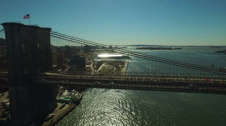 brug : New York City Aerial V82 vliegen laag over Brooklyn Bridge.