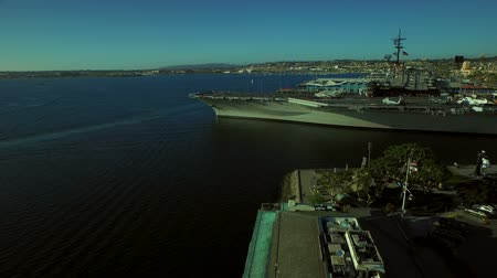 letadlo : San Diego Aerial v9 Flying low over aircraft carrier.