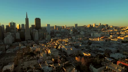 centrum : San Francisco Aerial v25 Flying low sideways over downtown at sunrise. Dostupné videozáznamy