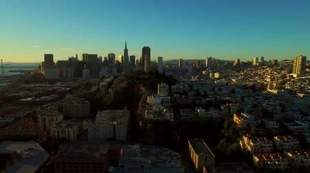 низкий : San Francisco Aerial v34 Flying low over Telegraph Hill at sunrise. Стоковые видеозаписи