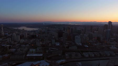 samochody : Seattle Aerial v39 Flying over Elliot Bay panning left with full cityscape views at dawn. Wideo