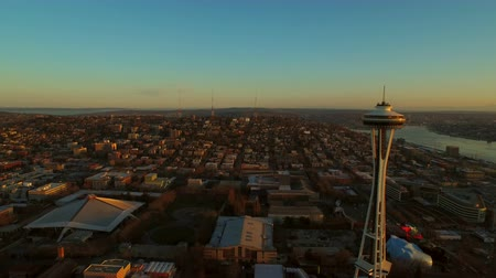 samochody : Seattle Aerial v54 Flying low over downtown towards Queen Anne panning right at sunset. Wideo