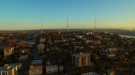samochody : Seattle Aerial v59 Flying low backwards over Lower Queen Anne area. Wideo