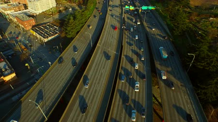 samochody : Seattle Aerial v74 Flying low backwards vertical shot looking down over freeway then panning up. Wideo