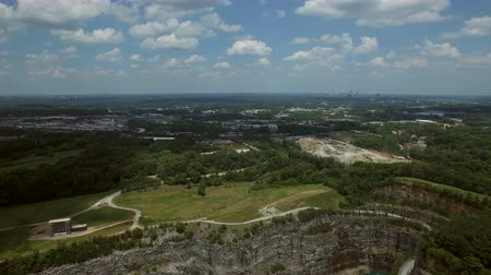 centrum : Atlanta Aerial v58 Flying over Bellwood Quarry and Westside Reservoir Park panning left with cityscape views. Dostupné videozáznamy