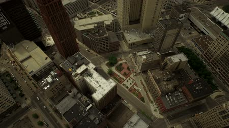 вниз : Detroit Aerial v21 Flying over downtown panning down to vertical shot.