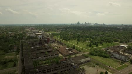 распад : Detroit Aerial v59 Flying low over abandoned old Packard Plant panning down to vertical shot.