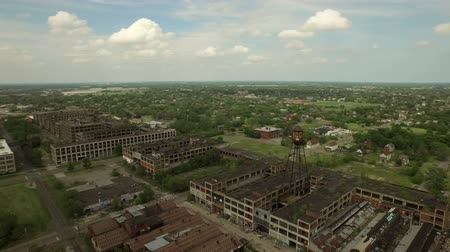 руины : Detroit Aerial v61 Flying low over abandoned old Packard Plant panning right. Стоковые видеозаписи