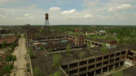 руины : Detroit Aerial v63 Flying low over abandoned old Packard Plant then panning left. Стоковые видеозаписи