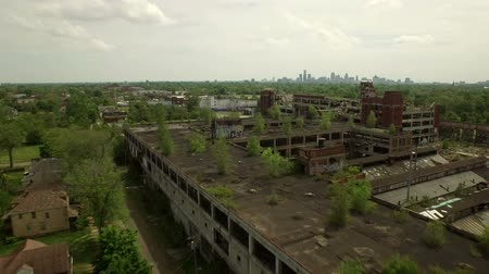 estrutura residencial : Detroit Aerial v64 Flying low over abandoned old Packard Plant towards downtown.