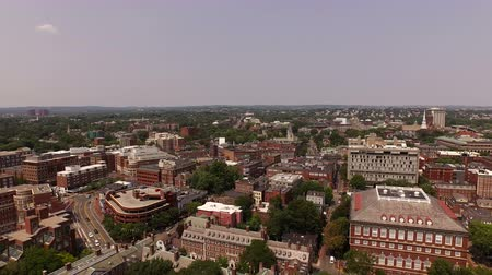панорамирования : Boston Aerial v104 Flying low over Harvard campus panning right revealing cityscape views.