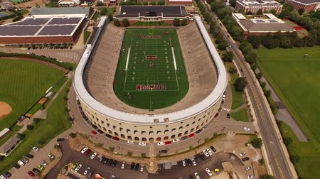 universiteit : Boston Aerial V115 vliegen laag over Harvard stadion panning beneden.