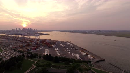 ranvej : Boston Aerial v146 Flying low over park and Pleasure Bay panning right with shipyard cityscape airport views at sunset. Dostupné videozáznamy