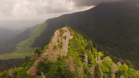 дымный : Smoky Mountains Aerial v1 Flying low over Chimney Tops summit.