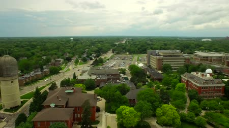 esquerda : Ypsilanti Aerial v1 Flying low over University campus panning left. Stock Footage